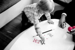 kinderveranstaltungen_kind mit Kartentrick